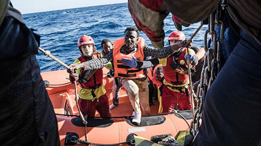 Libya'daki Kasr El-Karabulli'nin 34 mil kuzeyinde kurtarılan mülteci grubu