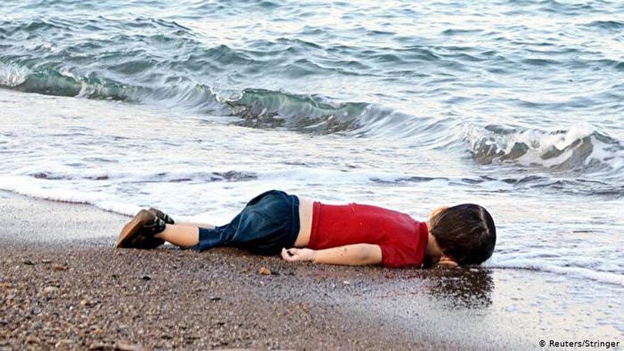 Türkiye'den Yunanistan'a gitmek isterken bulundukları botun batması sonucu hayatını kaybeden Alan Kurdi bebek.