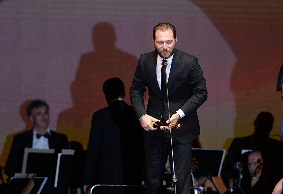 En iyi erkek oyuncu ödülünün sahibi Alican Yücesoy