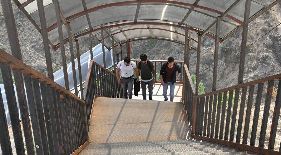 Dik bir rampaya kurulu merdivenden çıkmak için yaklaşık 20 dakika harcanıyor. -DHA