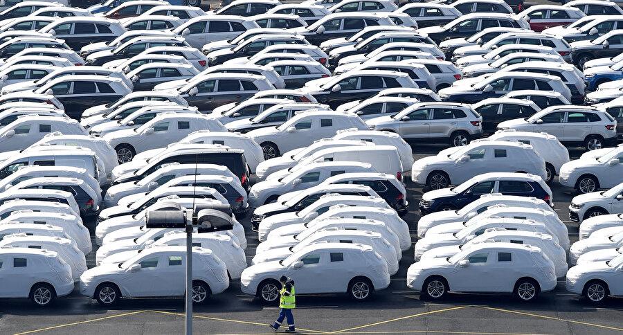 Volkswagen'in üretimi tamamlanan otomobilleri alanda bekletilirken görülüyor.