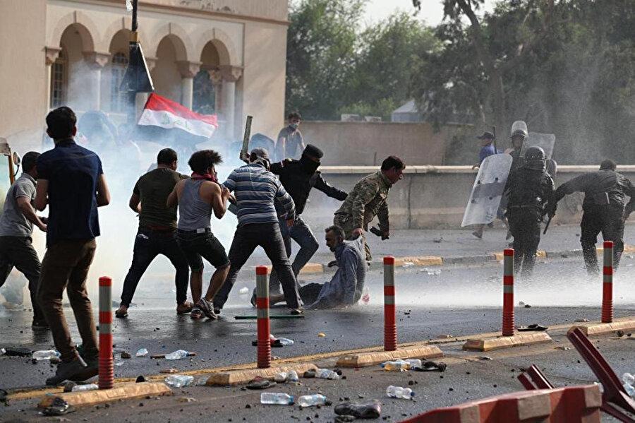 Irak polisi, göstericilere göz yaşartıcı gaz ve gerçek mermiyle müdahale etti.