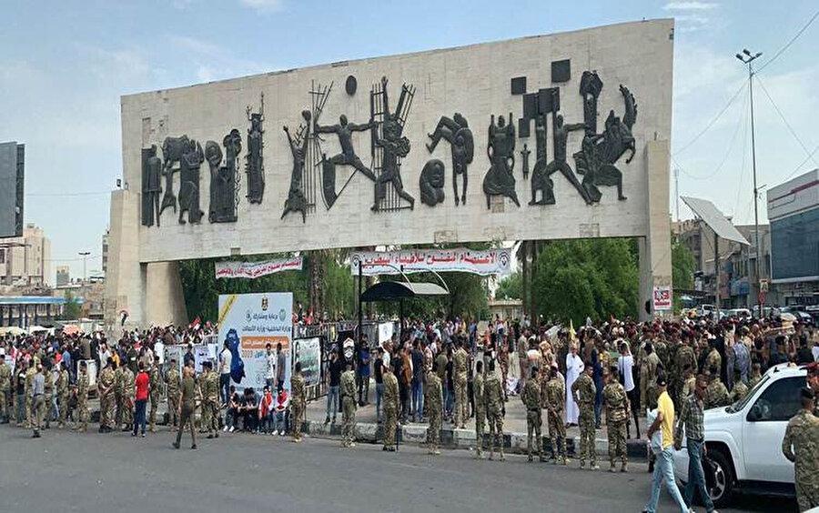 Irak'ın merkezindeki Tahrir Meydanı'nda protesto gösterisi düzenleyen göstericiler.