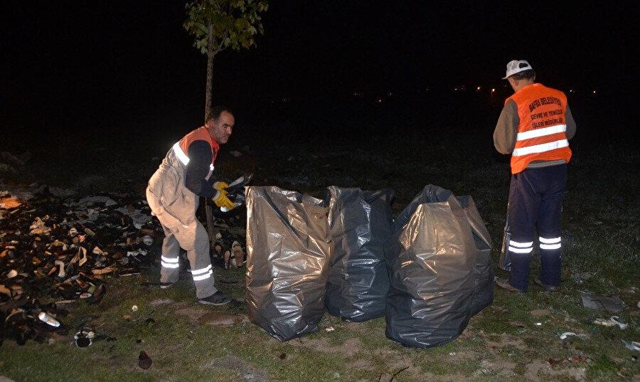 Belediye ekipleri ayakkabıları topladı.