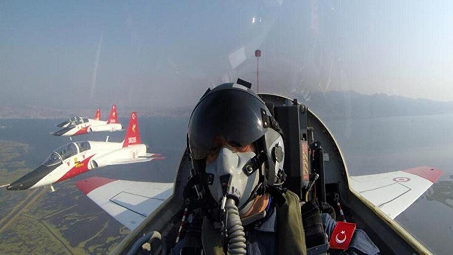 Bakan Akar, savaş uçaklarıyla bir uçuş gerçekleştirmişti. -AA