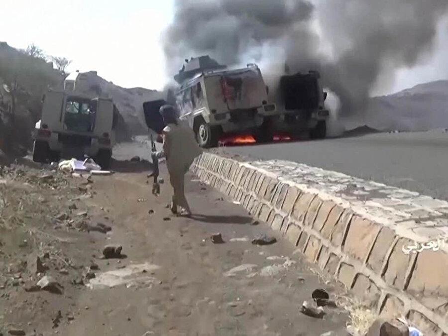 Husilerin yayınladığı görüntülerde Suudi Arabistan ordusuna ait bir zırhlının ateşe verildiği görülüyor.