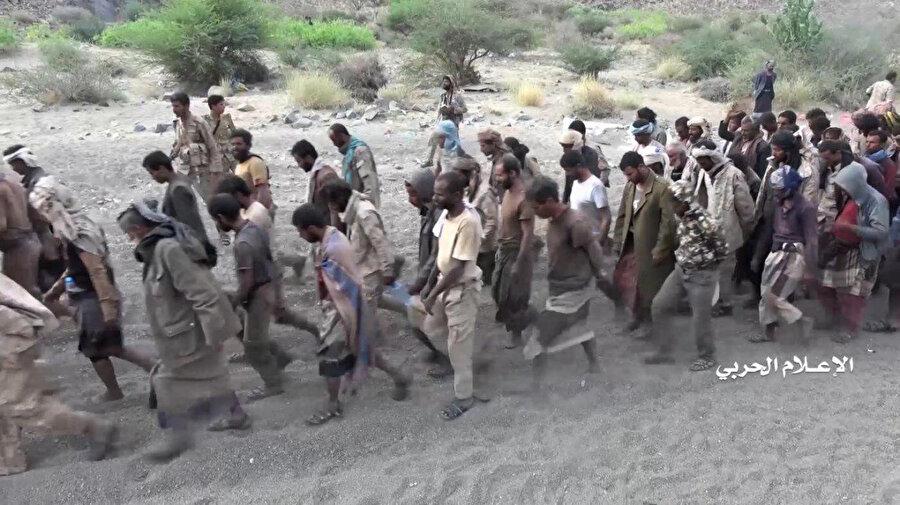 Husilerin esir aldıklarını iddia ettikleri koalisyon gücünde bulunan askerler.