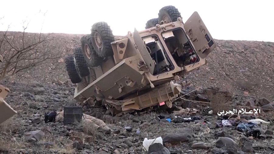 Husilerin paylaştığı görüntülerde imha edilen bir zırhlı araç görülüyor.