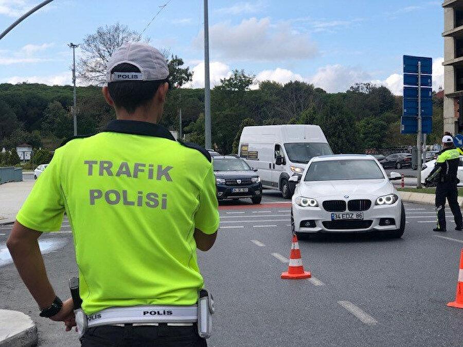 """İstanbul'da polis ekiplerince trafikte sigara yasağına ilişkin """"dumansız araçlar"""" uygulaması gerçekleştirildi."""