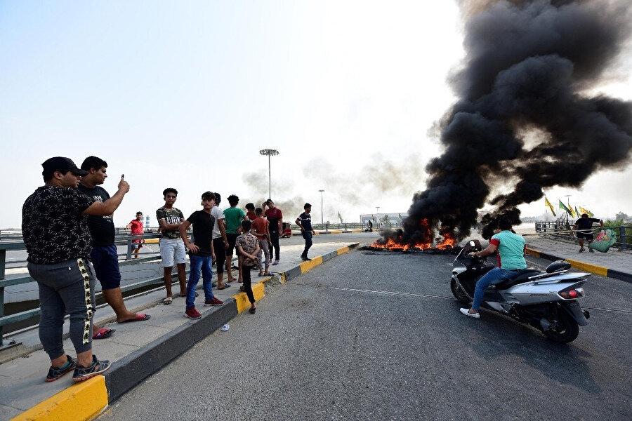 Göstericilerin yolu kapattığı görülüyor.