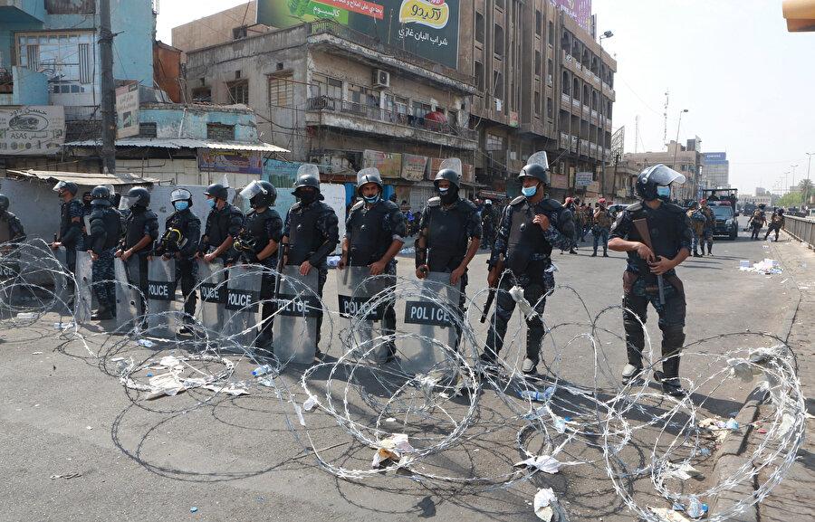 Polis, göstericilerin Tahrir Meydanı'na girmesini önlemek için yoğun güvenlik önlemleri alıyor.