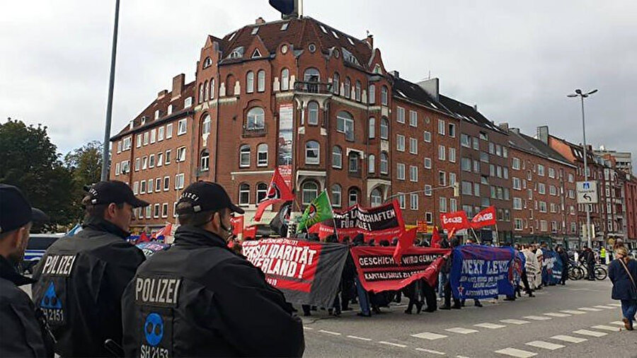 Kiel'de yaklaşık 200 kişi kutlama etkinliklerini protesto etti.