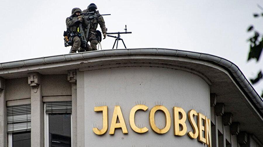 Keskin nişancılar çatılara çıkarak güvenlik önlemi aldı.
