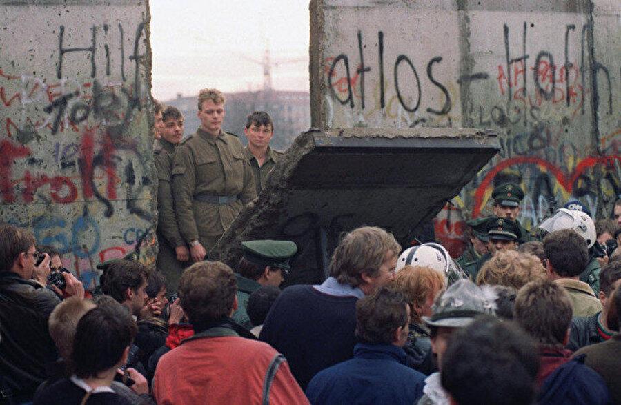 İki Almanya'nın birleşmesini hazırlayan en önemli olay Berlin Duvarı'nın yıkılışı oldu. Tarihin belki de cilvesi olarak duvar tam da komünist Demokratik Almanya Cumhuriyeti'nin kuruluşunun 7 Ekim 1989'daki 40'ıncı yıldönümü kutlamalarından bir ay sonra yıkıldı.