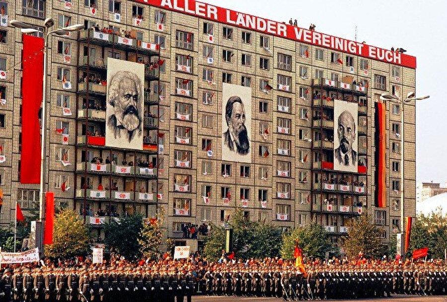 Doğu Almanya'da devlet de parti de demokratik merkeziyetçilik ilkesine uygun olarak varlığını sürdürmekteydi. Devlet hiyerarşik olarak örgütlüydü. Protokolde ilk sırada Devlet Konseyi vardı. Bakanlar Konseyi hükümet iktidarına sahipti.