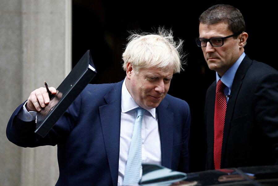 ngiltere Başbakanı Boris Johnson, konuttan ayrılırken görünüyor.