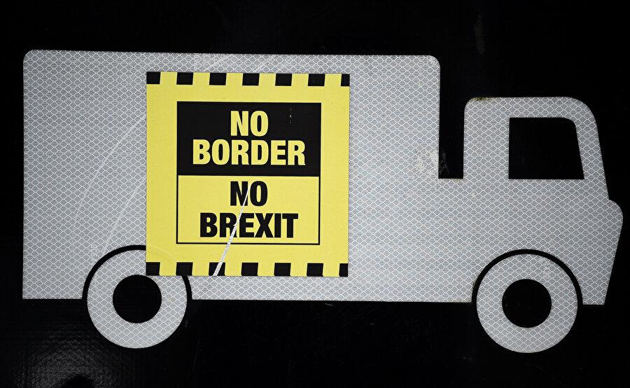 Brexit karşıtı bir yazı tabelada görünüyor.