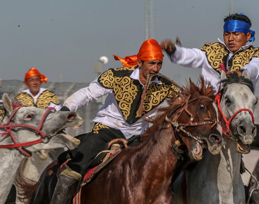 Etkinliğin ilk gününde atlı gösterilere vatandaşlar yoğun ilgi gösterdi. -AA