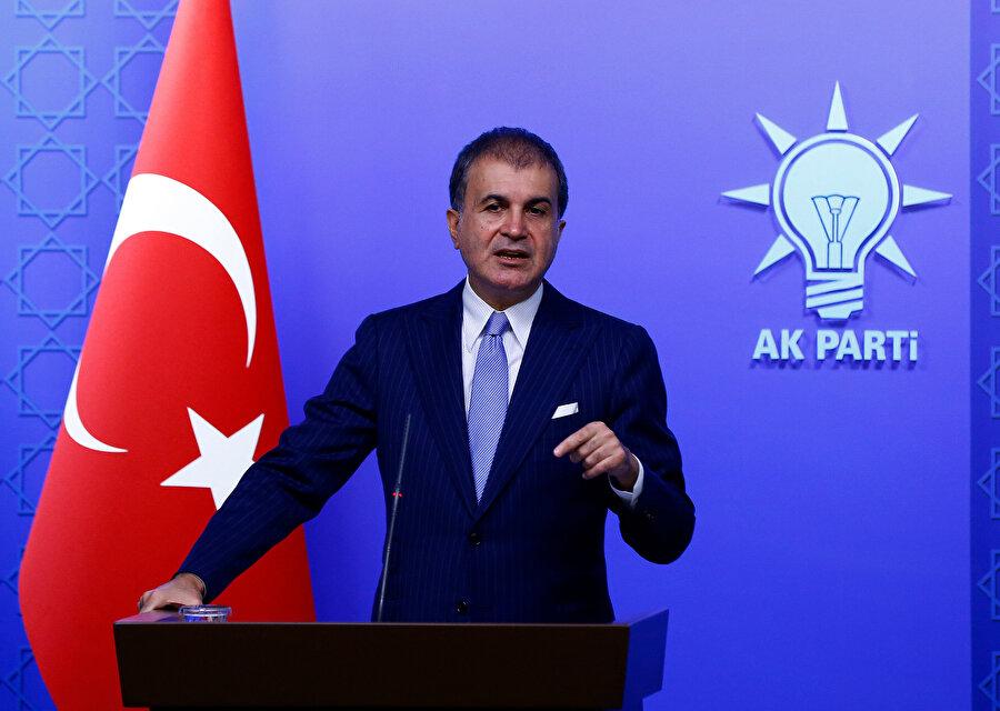 AK Parti Sözcüsü Ömer Çelik konuşma yaptığı sırada görünüyor.