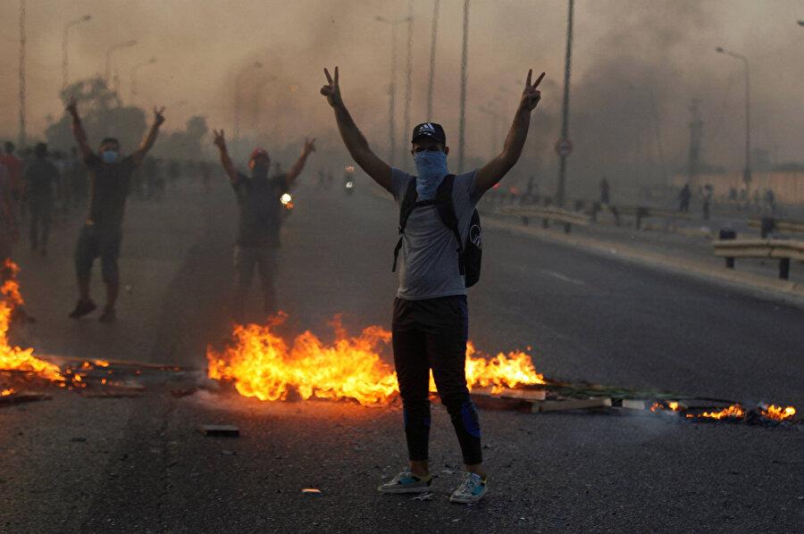 Iraklı gençler, işsizliğe ve yolsuzluğa isyan ediyor.