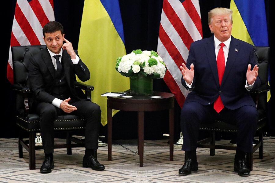 ABD Başkanı Donald Trump ve Ukrayna lideri Vladimir Zelenskiy aynı karede görünüyor.