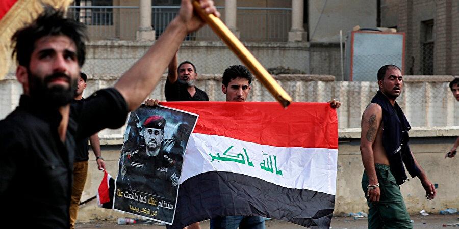 Gösteriler sırasında Irak bayrakları taşıyan protestocuların aynı zamanda General Saadi'nin posterlerini de taşıdıkları görüldü.