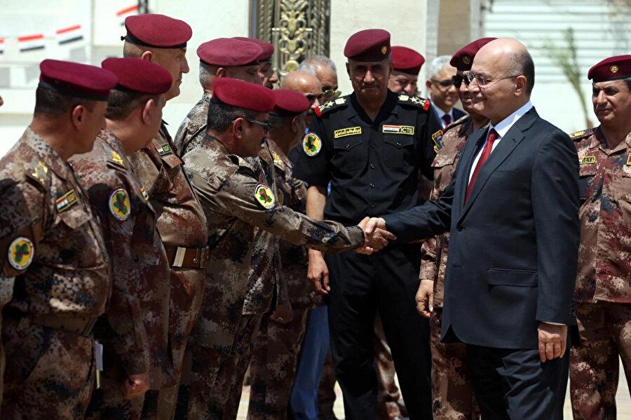 Irak Cumhurbaşkanı Barham Salih'in Elit Terörle Mücadele Güçleri Komutanlığı'na ziyareti esnasında arkada siyah üniformasıyla General Saadi görülüyor.