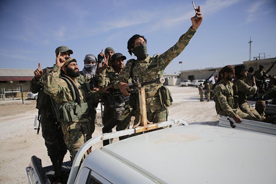 Suriye Milli Ordusu fotoğraf çekimi sırasında görünüyor.