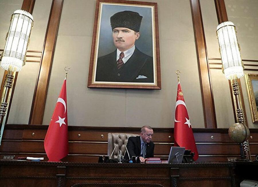 Erdoğan, Barış Pınarı Harekatı'nı Cumhurbaşkanlığındaki makamından takip ediyor.