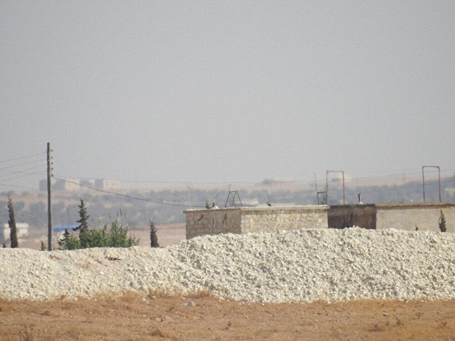 Terör örgütü YPG/PKK'lılar tarafından Menbiç-Cerablus arasında oluşturulan hendek ve mevzilerin boş olduğu görülüyor.