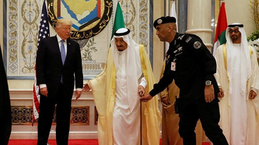Tümgeneral Abdulaziz bin Fağım, Suudi Arabistan Kralı Selman bin Abdulaziz'e yardımcı olurken görülüyor.