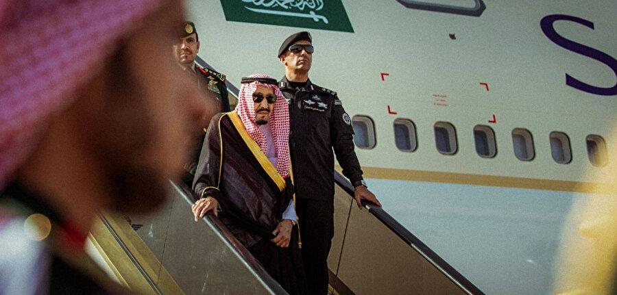 Tümgeneral Abdulaziz bin Fağım uçaktan inerken Kral Selman'a eşlik ediyor.