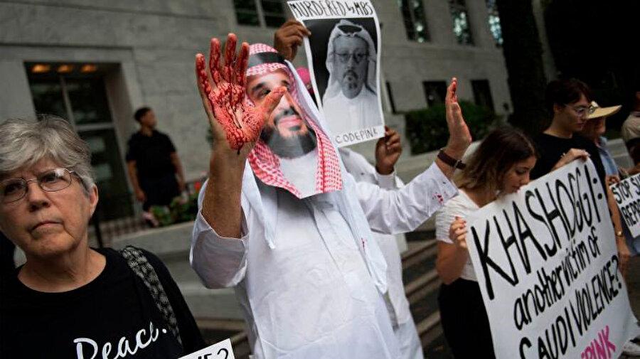 Kaşıkçı cinayetinin arkasındaki isim Prens Selman'ı protesto eden göstericiler.