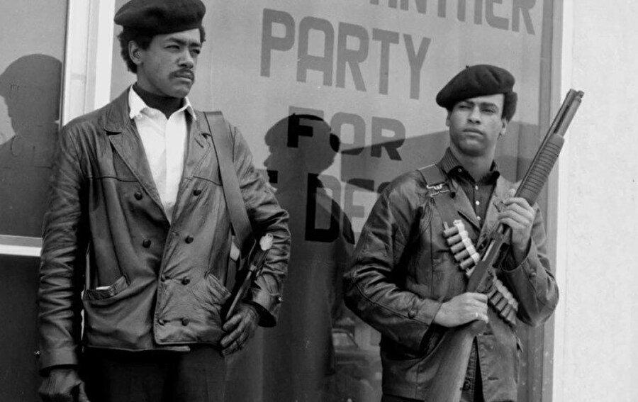 Bobby Seale ve Huey Newton adındaki gençler Marksist/Maocu Kara Panterler Özsavunma Partisi'ni kurdular.