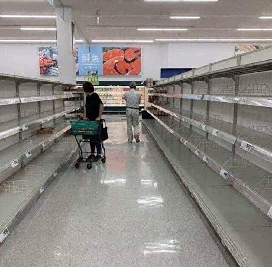 Yiyecek stoğu yapan Japon vatandaşlar marketleri boşalttı