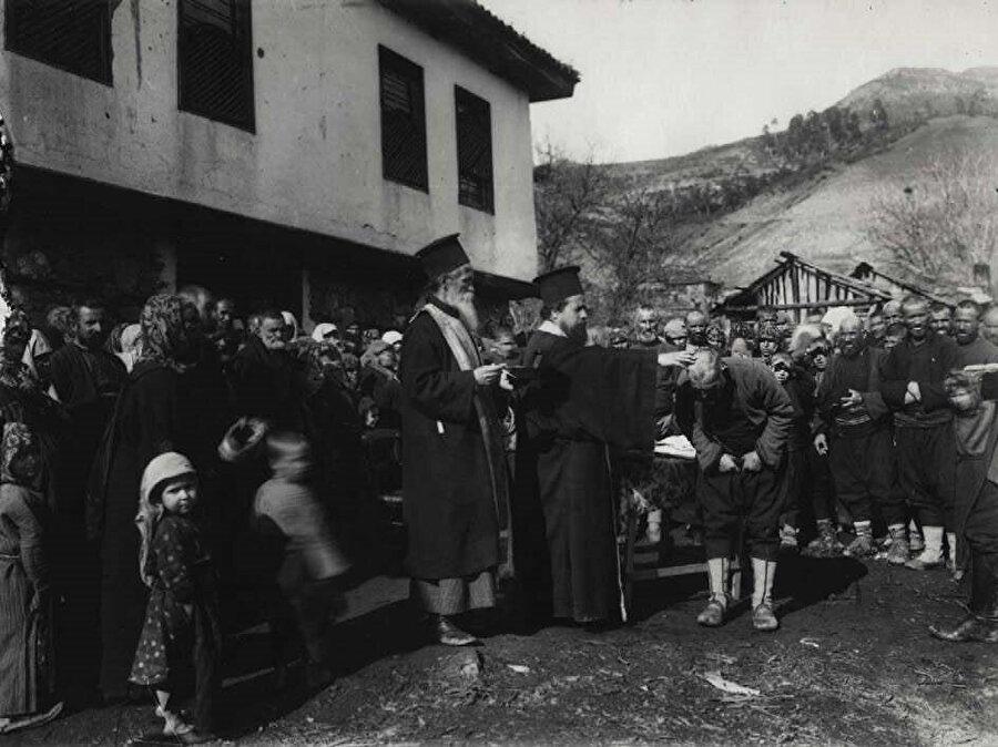 Balkan savaşları sırasında Devin köyünde, Müslüman Pomaklar Ortodoks Rahipler tarafından zorla vaftiz ediliyor. (1912)