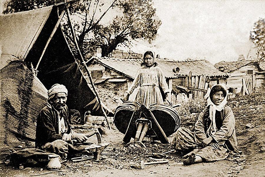 Çadırlarının önünde kalaycılıkla uğraşan bir Çingene ailesini gösteren kartpostal. (TDV)