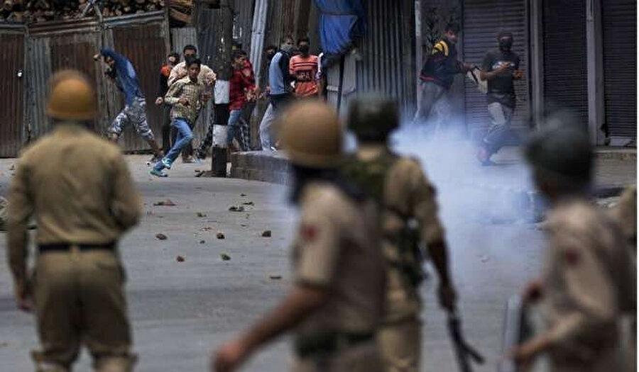 Hindistan polisiyle karşı karşıya gelen Keşmirli çocuklar, Srinagar.