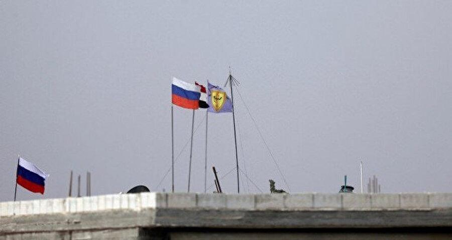 Kente, Rusya ve Suriye bayrakları asıldı