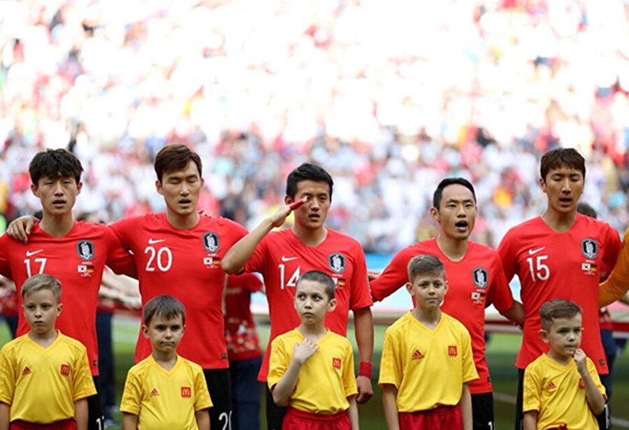 Güney Koreli futbolcu Hong Chul da ülkesinin milli marşı çalınırken asker selamı vermişti.