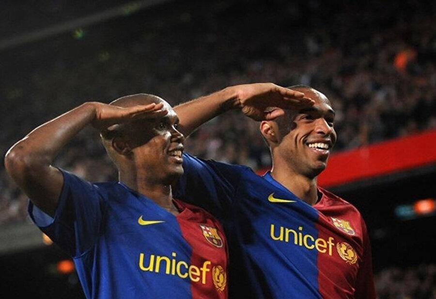 Thierry Henry de golden sonra takım arkadaşı Samuel Eto'o ile asker selamı vermişti.