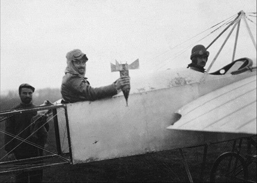 I. Balkan Savaşı sırasında, Bulgar askerler, Bleriot XI tipi uçaktan Edirne'ye el yapımı bombayla saldırı düzenlemek için hazırlanıyor.