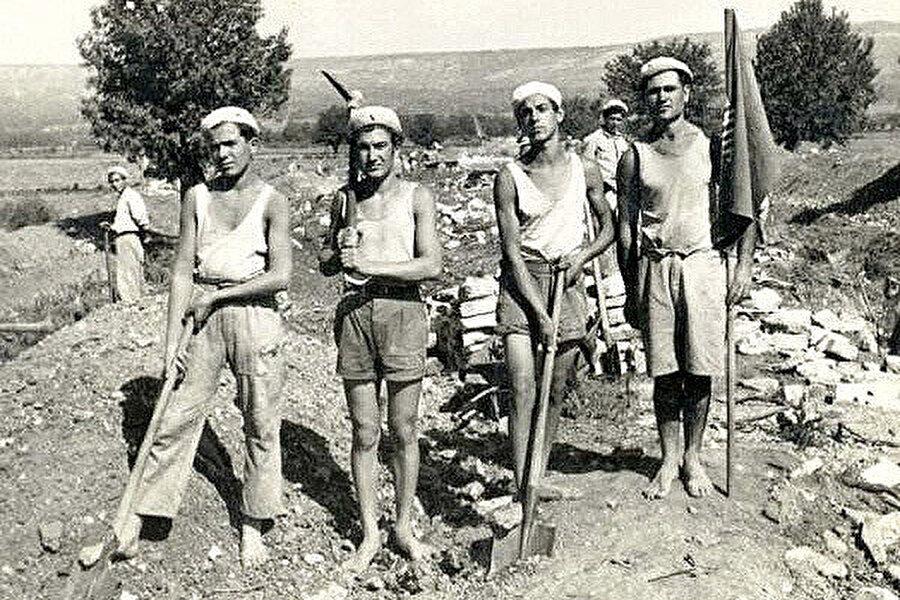 ''Brigadir'' adı verilen kısa süreli işçi taburları.