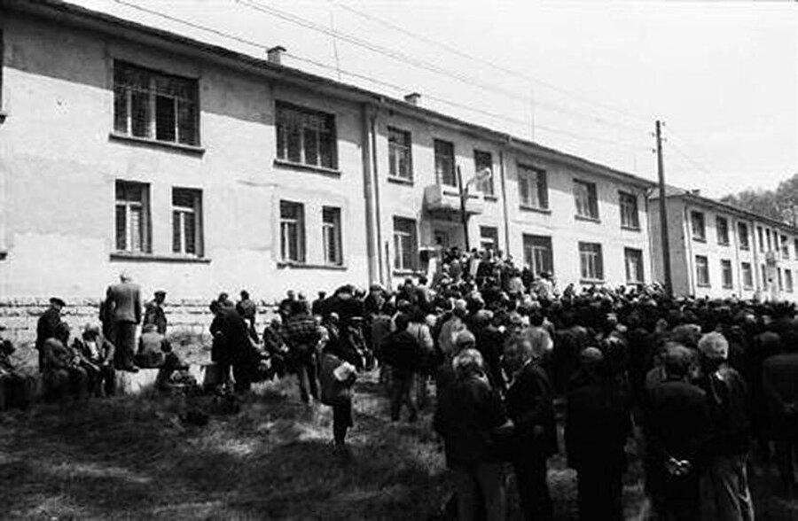 Belene toplama kampından sağ kurtulanlar ve yakınları komünist dönemden kalan hapishanesi binası önünde, Bulgaristan.