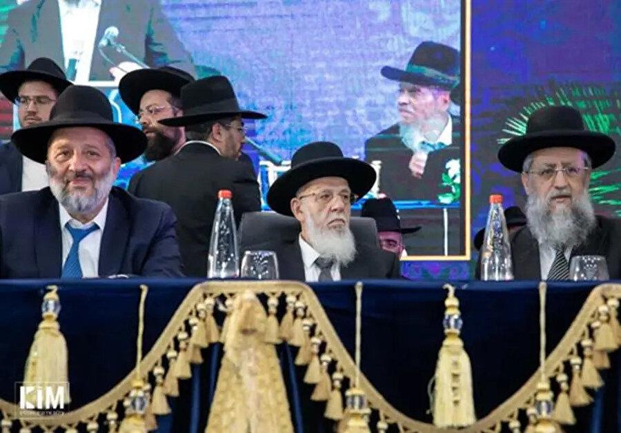 Ultra-Ortodoks (Haredi) Yahudileri temsil eden Şas Partisinin dini liderlerinden Şalom Cohen. (ortada)