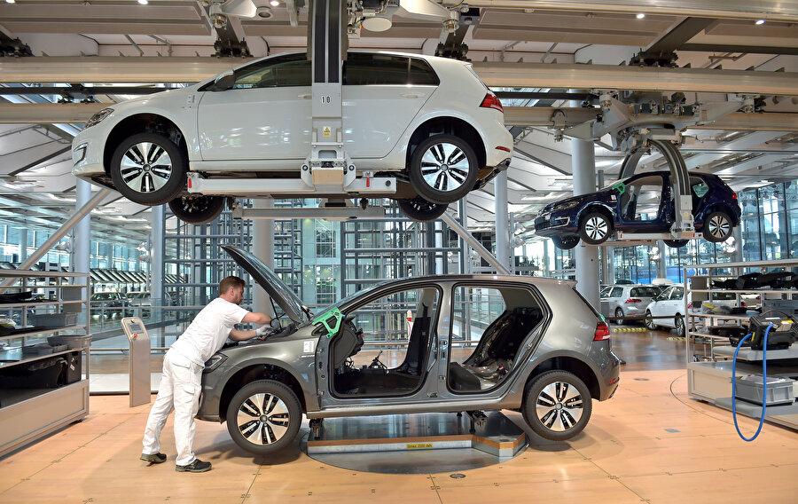 Volkswagen fabrikasında çalışan bir işçi.