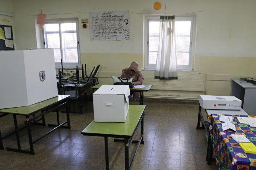 30 Ekim 2018'de yapılan yerel seçimler sırasında Doğu Kudüs'te bir seçim görevlisi.
