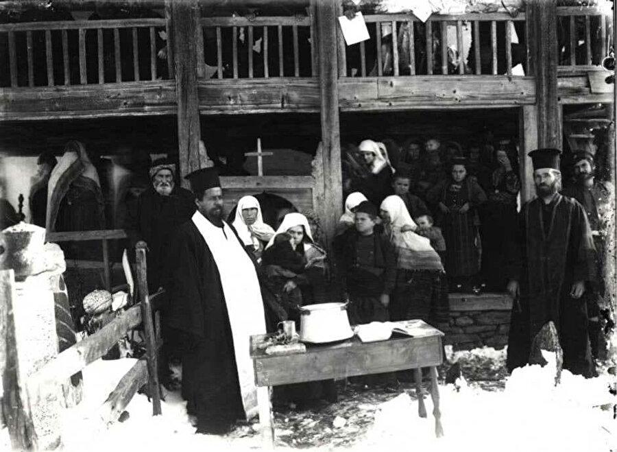 Bulgaristan'ın asimilasyon politikaları kapsamında Müslüman halk, Hristiyan din adamları vasıtasıyla zorla Hristiyanlaştırılmaya çalışıldı.