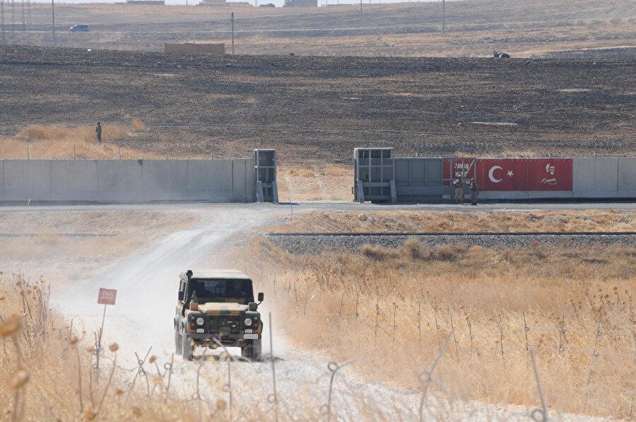 Barış Pınarı Harekatı'nın yürütüldüğü bölgede, Türkiye'ye ait bir araç böyle görüntülendi.