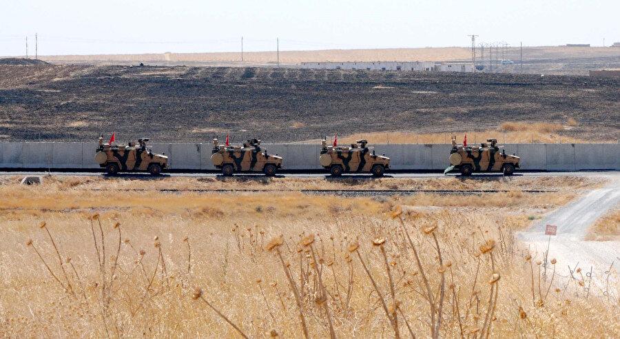 Türk Slahlı Kuvvetleri'ne ait askeri araçlar geçiş yaparken görünüyor.